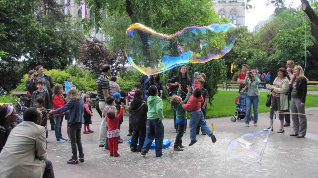 Interaktive Show mit Dr. Bubbles am Rathausplatz Steiermarkfestival