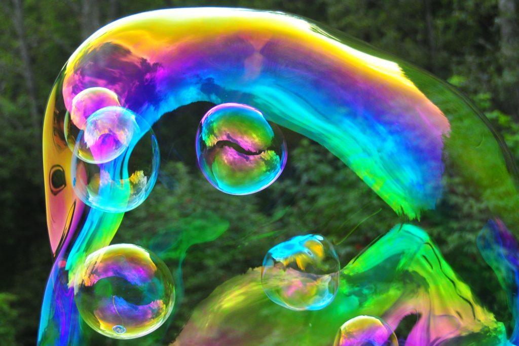 Seifenblasen in einer Riesenseifenblase von Dr. Bubbles