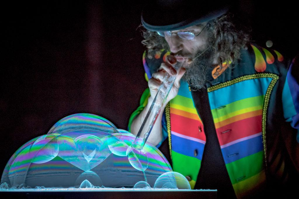 Bubbleshow Lichttisch mit geometrischen Skulpturen Wintercircus Buehnenshow 2018