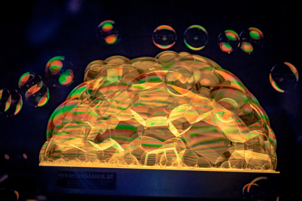 Bubbleshow goldene Lichtreflexionen Buehnenshow 2018