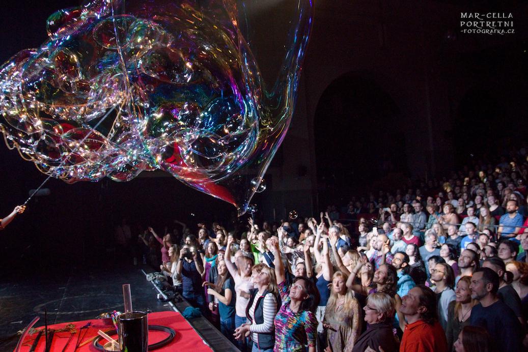 Bubbleshow indoor stageshow with Estas Tonne and Dr Bubbles Prague 2017