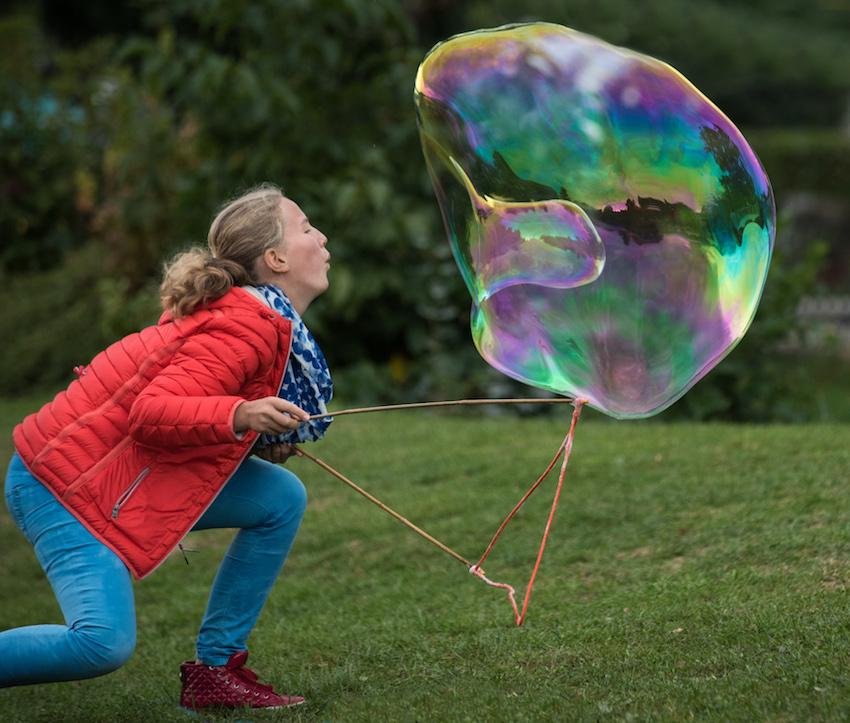 Friedensfest Attersee Freude auch für die Großen Riesenseifenblasen Workshop