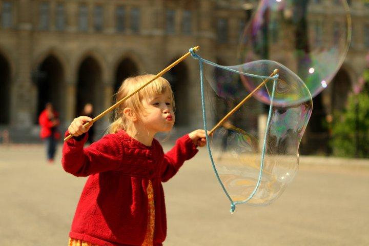 Interaktive Show mit Riesenseifenblasen am Rathausplatz