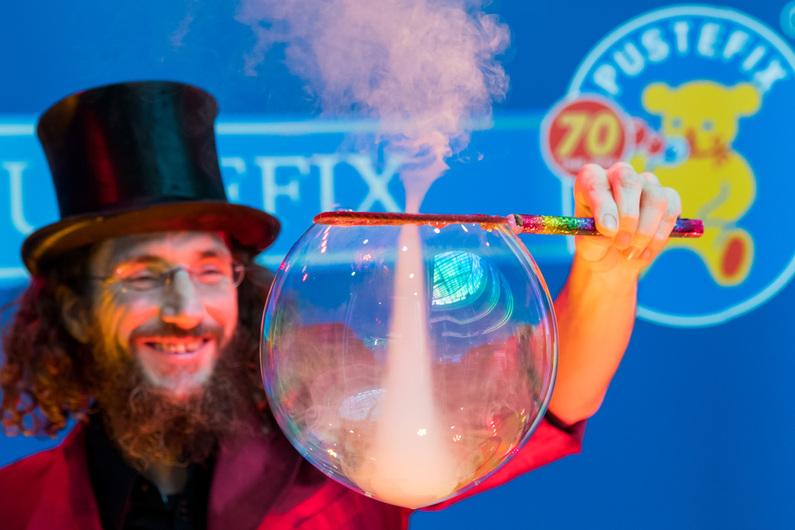 Seifenblasenshow Spielwarenmesse Nürnberg 70 Jahre Pustefix Seifenblasenshow Dr Bubbles